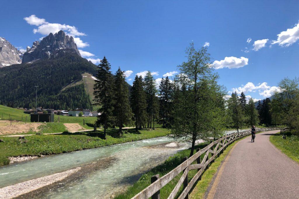ciclabile con vista sulle Dolomiti